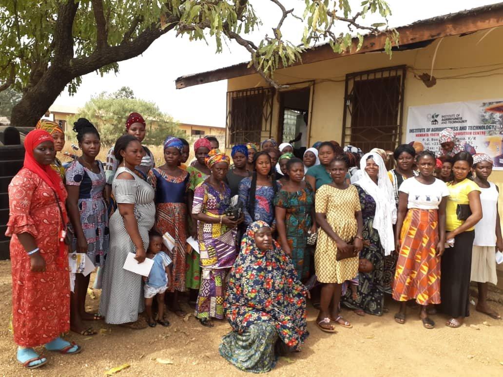 Die Teilnehmerinen stehen vor dem kleinen ICT Lernzentrum in Kpassa